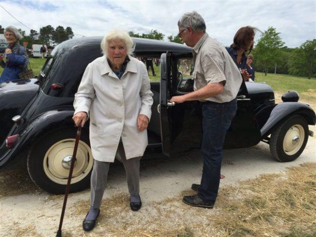 Geneviève Callerot reçoit la légion d'honneur à 102 ans
